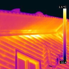 Снимок с тепловизора снаружи деревянного дома