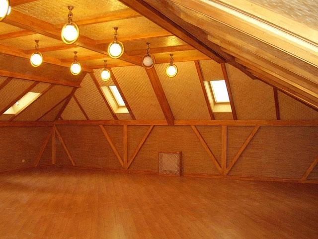 Деревянный потолок мансарды